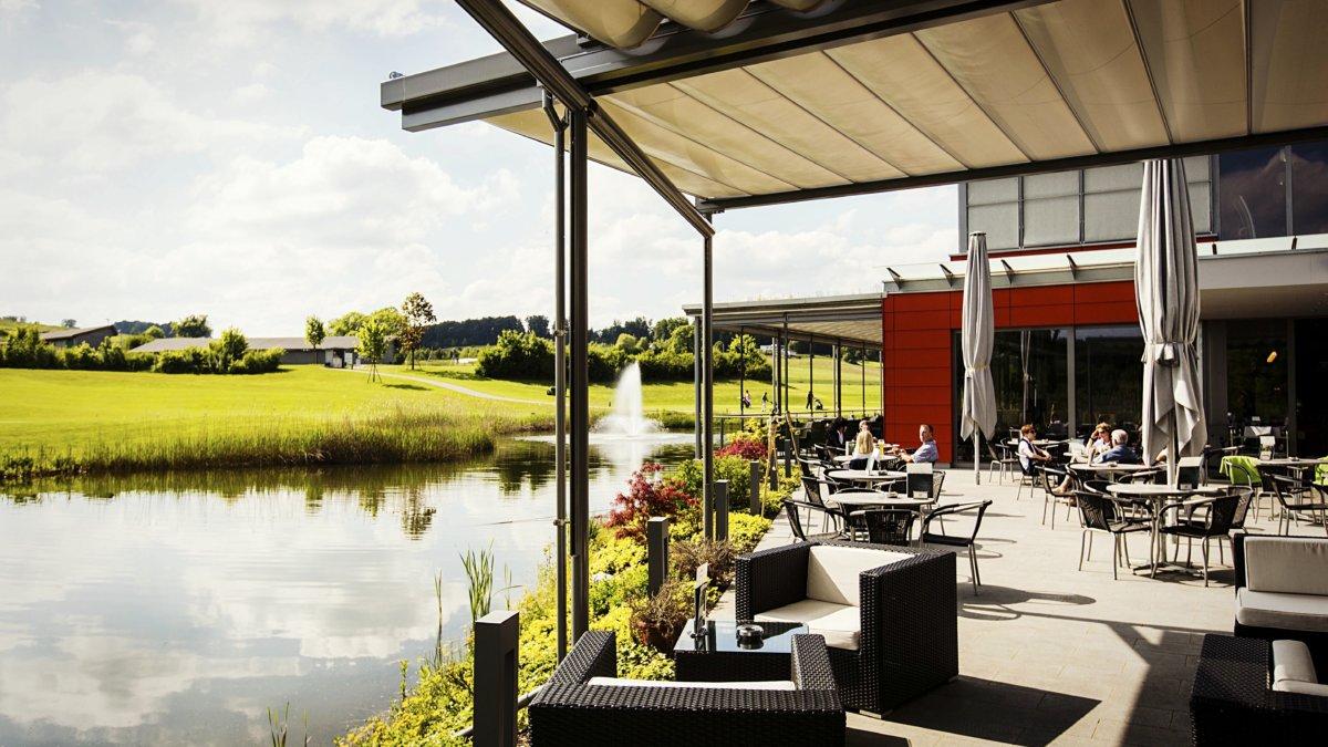 Gemütlich verweilen, auf der Terrasse am Weiher im Golfpark Oberkirch