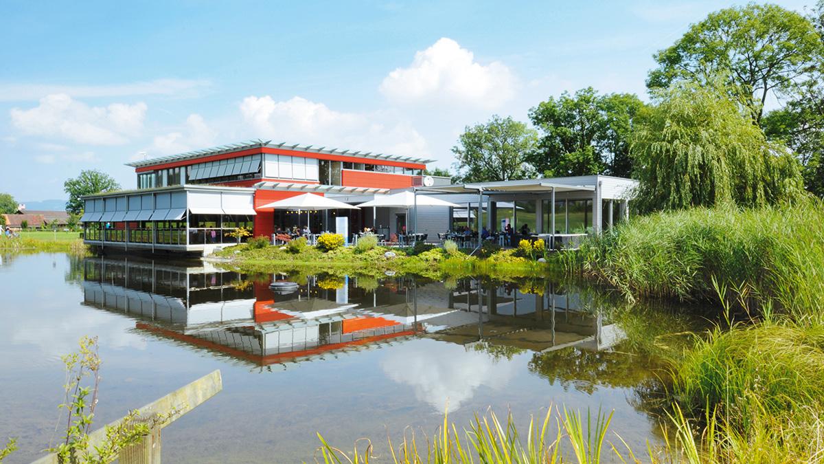 Blick über den Weiher aufs Restaurant Oase im Golfpark Oberkirch